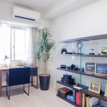 【洋室②】こちらはリビングと一体的に。※家具・雑貨はサンプルです