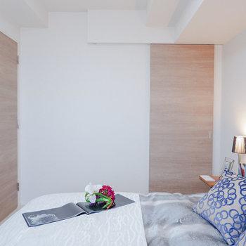 【洋室①】天井が高いので、大きめのベッドでも窮屈にはさほど感じませんよ。※家具・雑貨はサンプルです