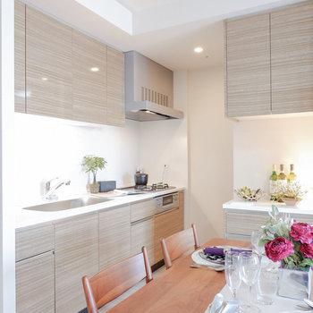L字に使えるキッチンです。※家具・雑貨はサンプルです