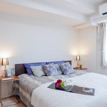 【洋室①】ダブルベッドも置くことのできるゆとりあります。※家具・雑貨はサンプルです