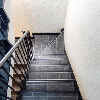 階段は狭くもなく、広くもなくという感じでした。家具搬入時はプロに頼むのがベターかと。