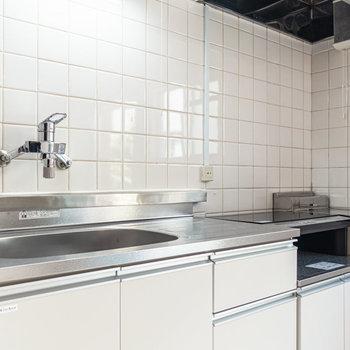 次にキッチンを。調理スペースは広めかと。