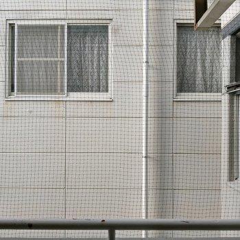 お隣の建物の窓と接しているので、洗濯物は室内干しがいいかな。