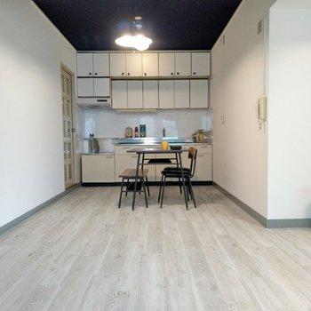 キッチン横に冷蔵庫や食器棚を。ダイニングテーブルも置けます。(※写真の家具、小物は見本です)