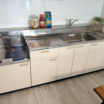 レトロなキッチンが何だかかわいい。シンクも作業スペースも広々!(※写真の家具、小物は見本です)