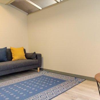 ソファーを置いて、リビングルームにりょうどいいね。(※写真の家具、小物は見本です)