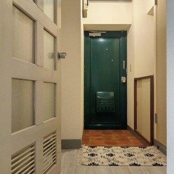 フォレストグリーンの玄関扉がいいな。スペースしっかりで出入りもしやすい!(※写真の小物は見本です)