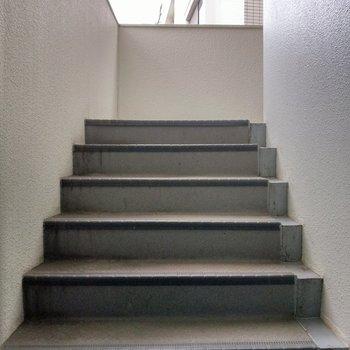 階段登場!この外階段を登って…