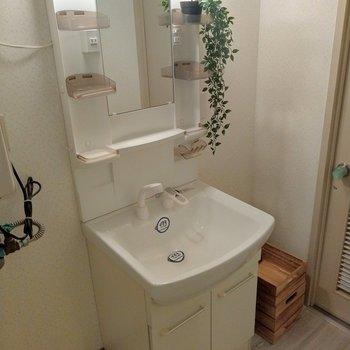 サーモ水栓で使いやすい洗面台横にもスペースが。こんなふうに箱やラックを置いてタオルとか置いてもいいね。(※写真の小物は見本です)