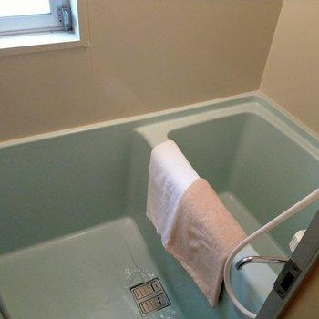 お風呂はコンパクト、蛇口もひねるタイプ。でも、換気できる窓ありますよ◎(※写真の小物は見本です)