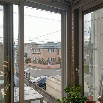 こちらの角の窓からは大通りが見えます。穏やかな住宅街なのでとても静か。(※写真の小物は見本です)