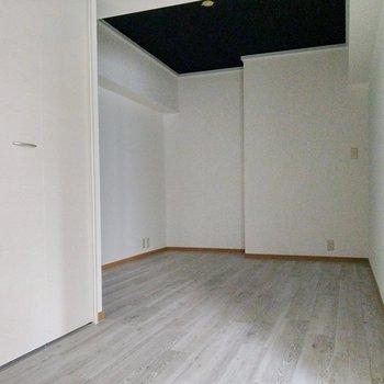 7.5帖の洋室。、窓があくプライベート感あるので寝室兼書斎に。