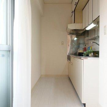 キッチンは長め!奥に冷蔵庫置けます。(※写真の小物は見本です)