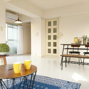 白い空間が清潔感たっぷり!(※写真の家具、小物は見本です)