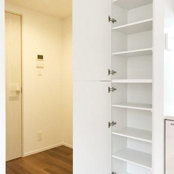 【DK】お隣に収納棚。食器を並べようかな。冷蔵庫は左奥に置けます。※写真は2階の同間取り別部屋のものです
