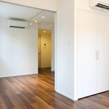 【洋室】窓側から見ると。どちらのお部屋にもエアコン設置してあります。※写真は2階の同間取り別部屋のものです