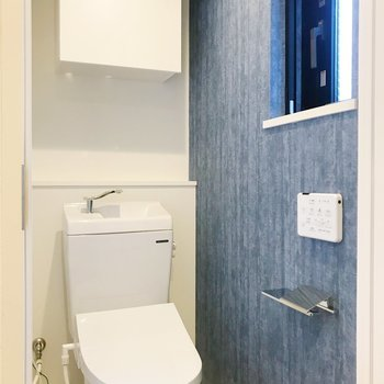 トイレに爽やかなアクセントクロス。※写真は2階の同間取り別部屋のものです