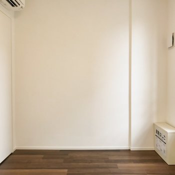 【洋室】フロアライトも置きたいな。※写真は2階の同間取り別部屋のものです