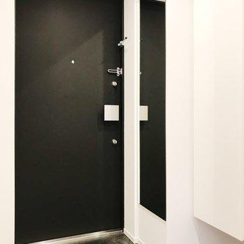 玄関には姿鏡付き。※写真は2階の同間取り別部屋のものです