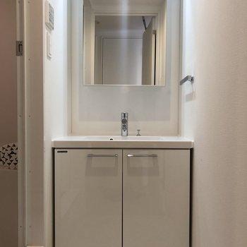 洗面台の鏡も収納スペースになっています。