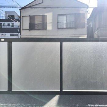 外から見えないようにフェンスが付いています。