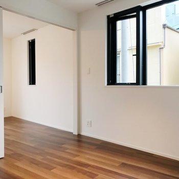 【DK】キッチン側から。洋室も小さな窓があります。※写真は2階の同間取り別部屋のものです