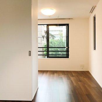 【洋室】ちらりと覗くグリーン。※写真は2階の同間取り別部屋のものです