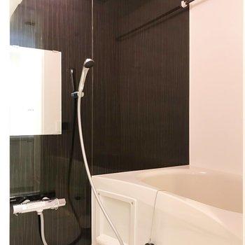 お風呂はダークトーンでシックに。※写真は2階の同間取り別部屋のものです