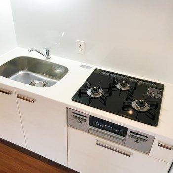 【DK】設備充実のキッチン。収納が多いのも嬉しい。※写真は2階の同間取り別部屋のものです
