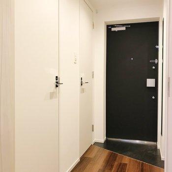 手前の扉はサニタリーに、奥の扉はトイレに繋がります。※写真は2階の同間取り別部屋のものです