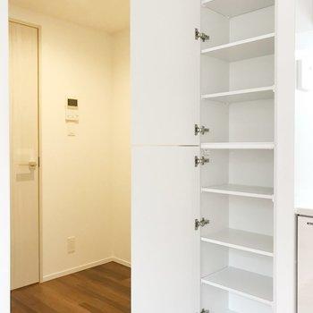 【DK】お隣に収納棚。食器を並べようかな。冷蔵庫は左奥に置けます。