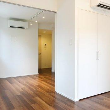 【洋室】窓側から見ると。どちらのお部屋にもエアコン設置してあります。