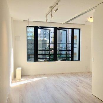 窓が大きくて明るいお部屋です。※写真は3階の反転間取り別部屋のものです