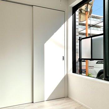 仕切りの向こう側には収納と大きな窓があります