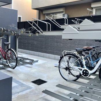 自転車置き場は建物内に。
