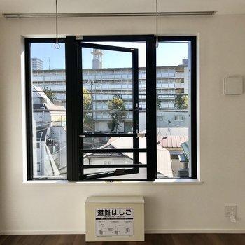 【洋室】窓が大きく日差しが良く入りますね。