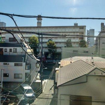 南側の窓からの眺め。笹塚の街の日常が見えます。