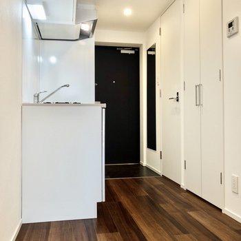洋室から玄関まで。キッチンの横には大きな冷蔵庫も置けますよ。