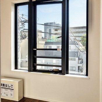 窓は南東向き。ここにソファやローテーブルを置こうかな。