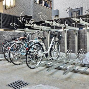 駐輪スペースはラック式。