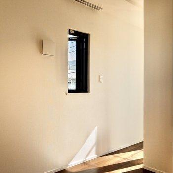 東側にも窓が。窓際にベッドを置くのもいいな。