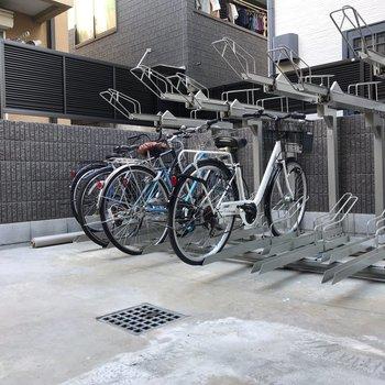 屋外で開放的な駐輪場