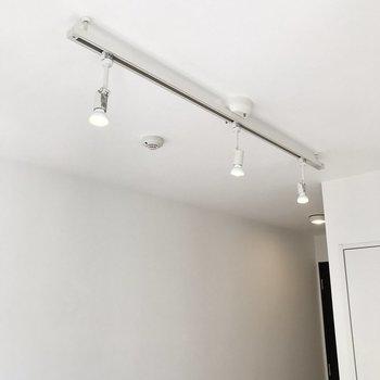 ダウンライトの光でお部屋を照らします