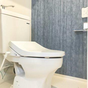 トイレは、青い壁紙が素敵です