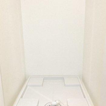 洗濯機置き場はキッチンの向かいにあります