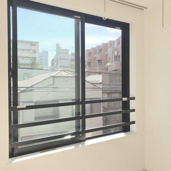 大きな正面窓から、光が入ります
