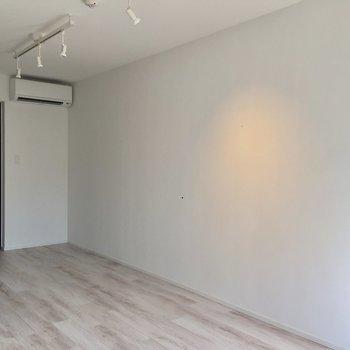 テーブルやソファ、テレビなど、家具は基本こちらに置きましょう。※写真は3階の同間取り別部屋のものです