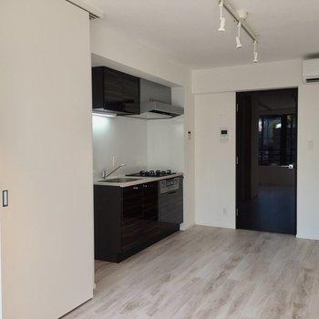 キッチンを見てみましょう。※写真は3階の同間取り別部屋のものです