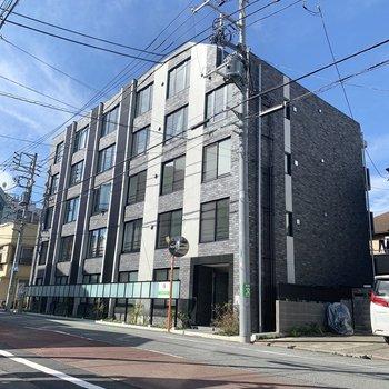 住宅街の中にある新築のマンション。