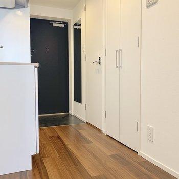 洋室から玄関まで。真ん中の扉には洗濯機置き場があります。